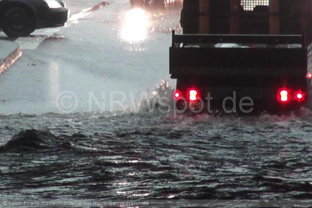 0004-unwetter-hagen-ueberschwemmung-baum-auf-auto