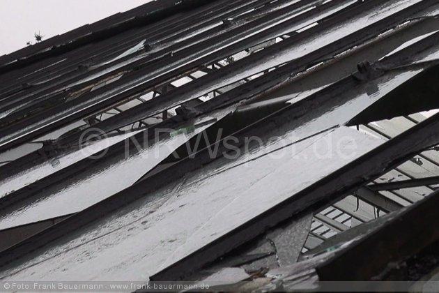 0012-unwetter-hagen-ueberschwemmung-baum-auf-auto